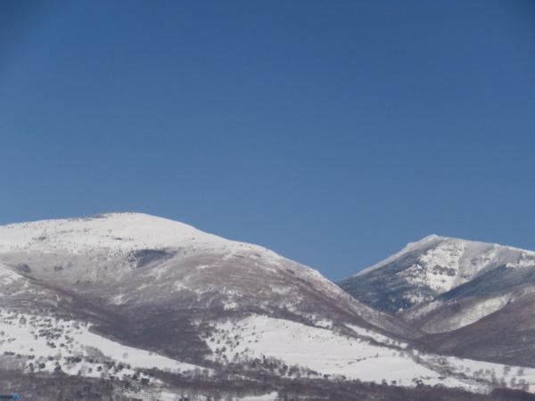 先月登った根子岳(左)と明日登る四阿山(右).jpg